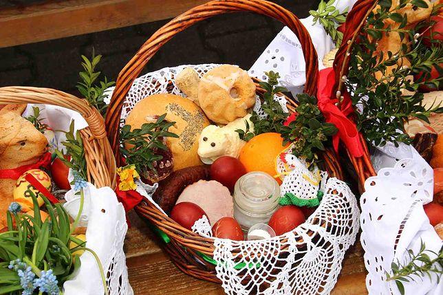 Błogosławieństwo stołu przed uroczystym posiłkiem w Niedzielę Zmartwychwstania Pańskiego